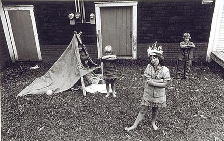 Enfants, rue Montcalm, de la série «Disraeli, une expérience humaine en photographie»