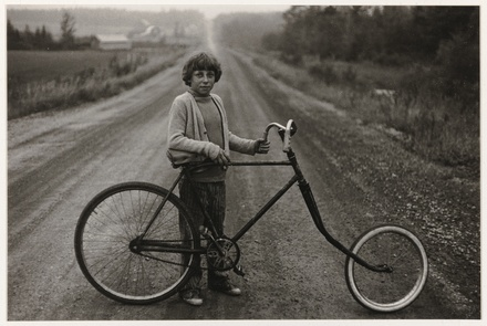 Mario Pouliot dans le chemin du rang 5 de Garthby, de la série «Disraeli, une expérience humaine en photographie»