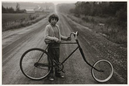 Mario Pouliot dans le chemin du rang 5 de Garthby, de la série « Disraeli, une expérience humaine en photographie »