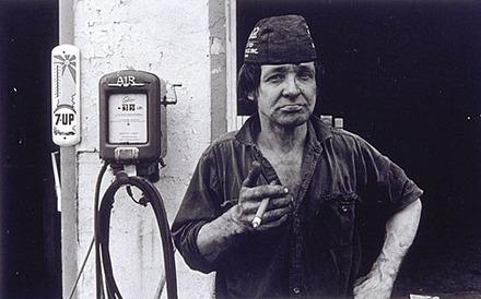 Jules Dumais du garage Supertest, de la série « Disraeli, une expérience humaine en photographie »