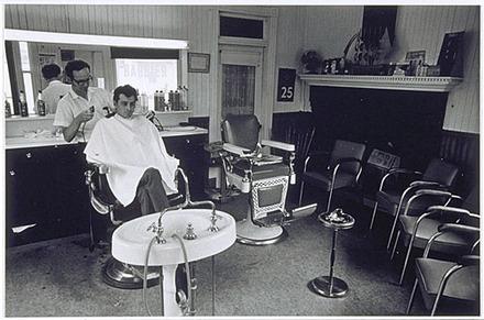 Boutique du barbier Rousseau, de la série « Disraeli, une expérience humaine en photographie »