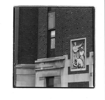 « L'Instruction médicale », un des quatre reliefs du pavillon privé de l'Hôpital général de Montréal (devenu l'Hôpital de Montréal pour enfants), en ou avant 1932
