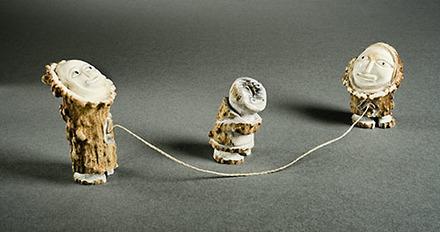 Enfants sautant à la corde