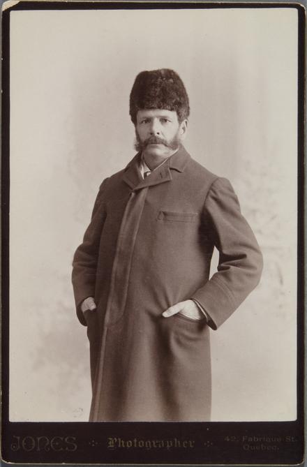 Portrait d'homme, en costume d'hiver