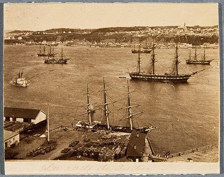 Le Défilé de la frégate H.M.S. « Aurora » et d'autres navires militaires vu de la Citadelle de Québec