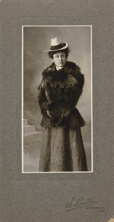 Portrait de femme, en costume d'hiver
