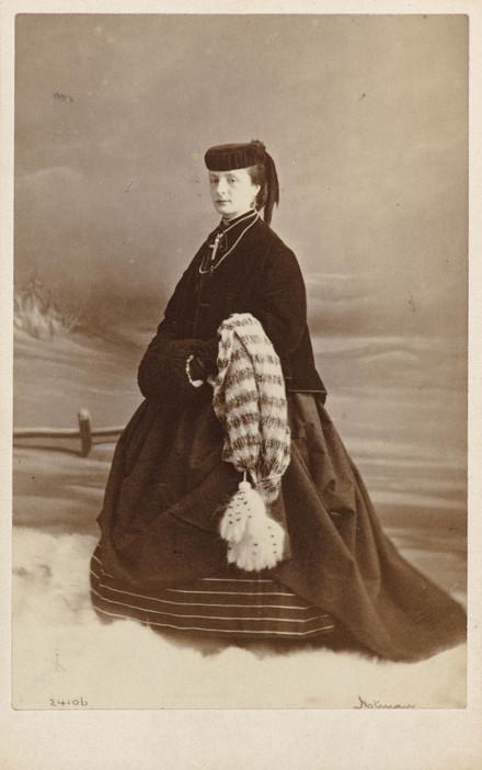 Mlle M. L. Hall, en costume d'hiver, de l'album de la famille Massue-LeMoine