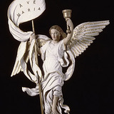 Ange portant un flambeau et un étendard