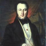 Portrait d'homme devant une bibliothèque