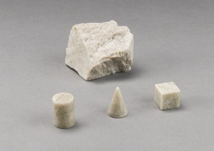 Trois Objets de feldspath et spécimen de feldspath brut, de la série Disquiet Luxurians
