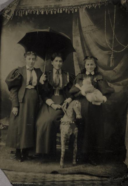 Portrait de trois femmes avec un bébé