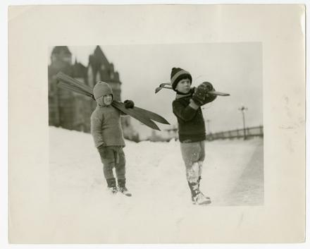 Deux Enfants avec leurs skis sur la terrasse Dufferin, Québec