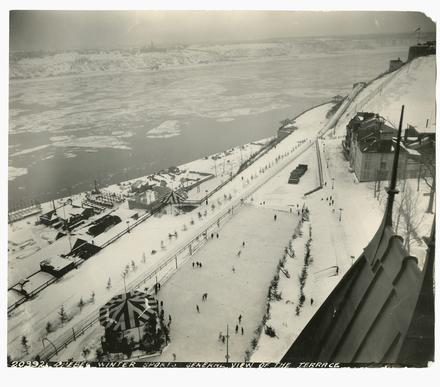 Sports d'hiver sur la terrasse Dufferin vue du Château Frontenac, Québec