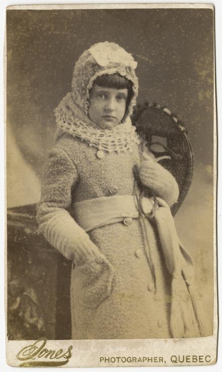 Portrait de fillette, en costume d'hiver