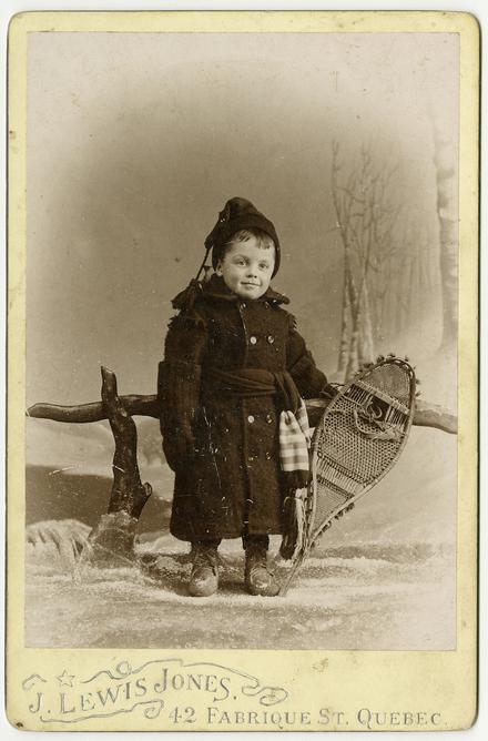 Lewis D. Smith, enfant, en costume d'hiver